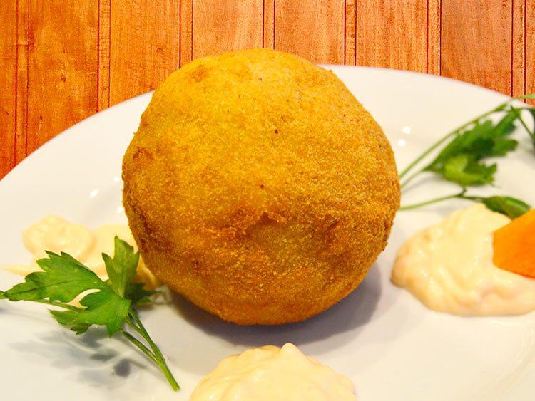 Bomba de patata rellena de pomodoro y queso